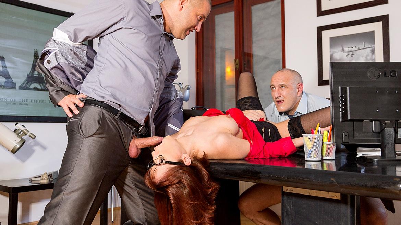 мама, секретарша под столом ублажает босса свои секс услуги